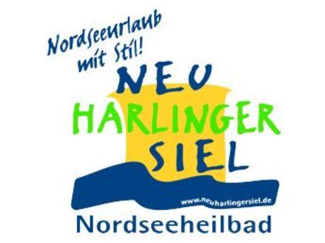 Das Logo hat eine blaue Welle und einen großen gelben Kasten worauf Neuharlingersiel steht