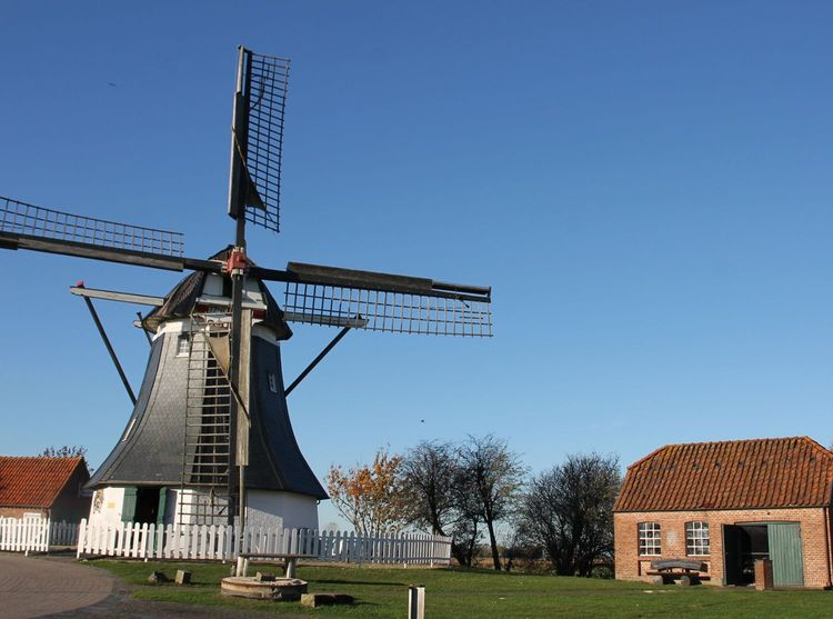 Blick auf die Mühle und die nebenstehende historische Schmiede.