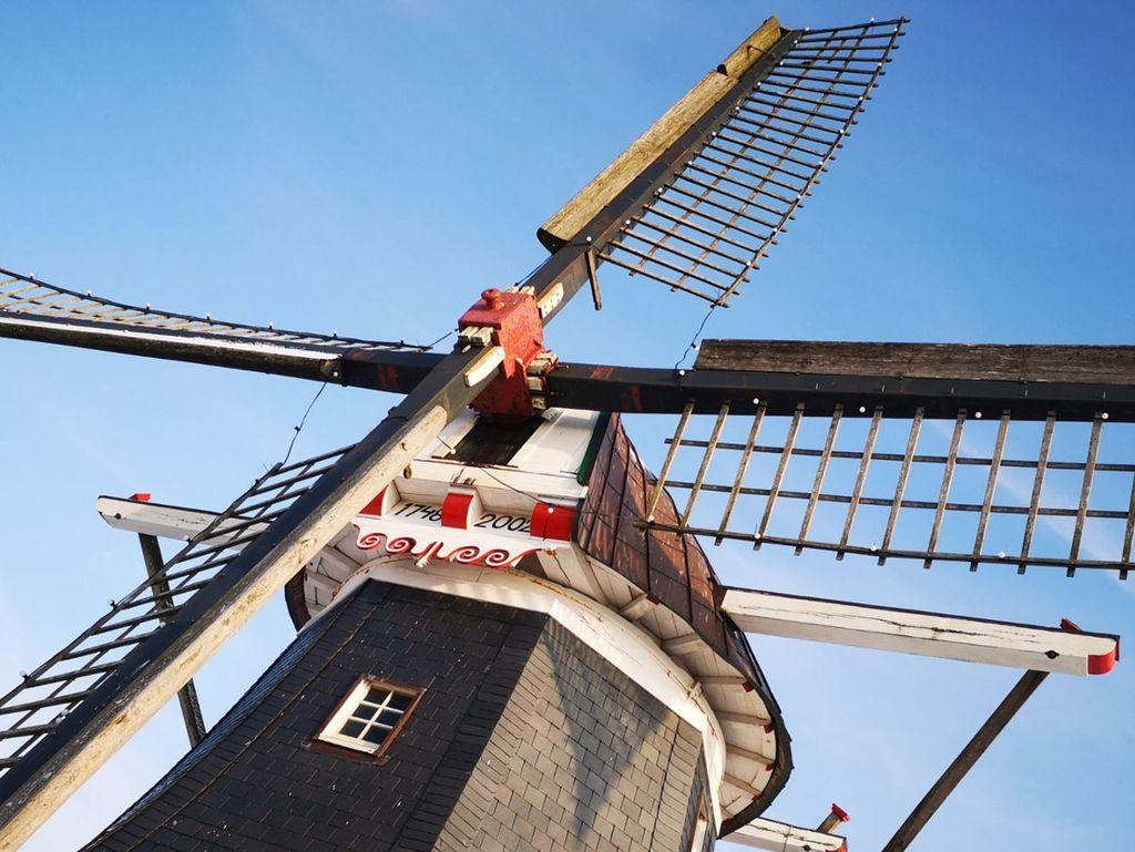 Mühlenflügel vor strahlend blauem Himmel