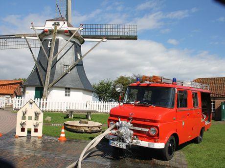 Altes Feuerwehrauto vor der Werdumer Mühle