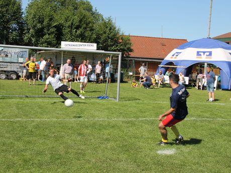 Das Bild zeigt ein Fußballspiel