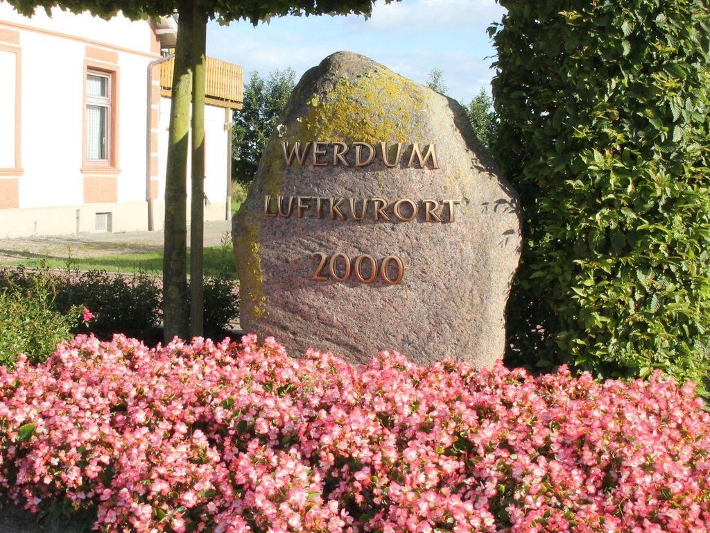 Der Gedenkstein mit der Aufschrift Luftkurort 2000 mit Blumenbeet davor