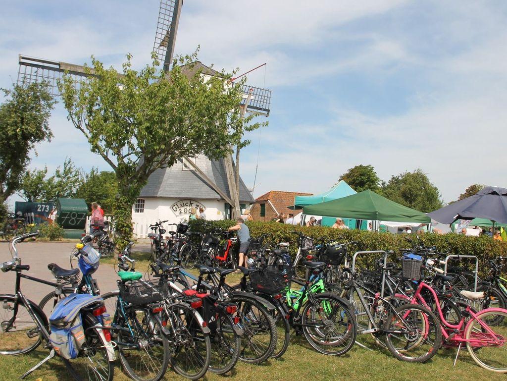 Blick auf die zahlreichen Fahrräder der Besucher des Sommerfestes