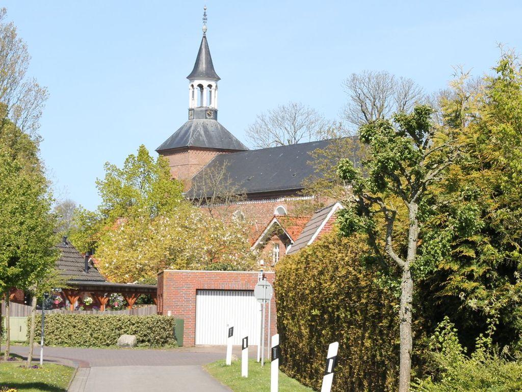Blick von einer Siedlungsstraße auf die St.-Nicolai Kirche