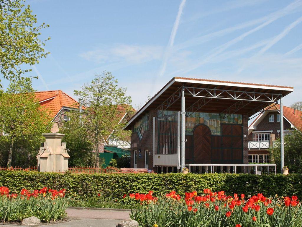 Blick auf den Dorfplatz mit großer Bühne in Werdum.