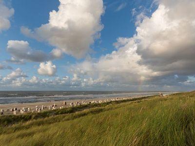 Blick von den Dünen über den Strand mit tollem Wolkenhimmel