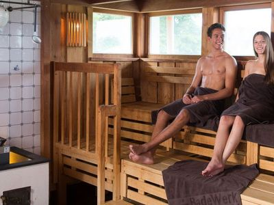 Zwei Personen in der Sauna im Badewerk