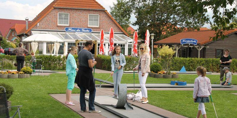 Minigolfplatz vorm Haus des Gastes