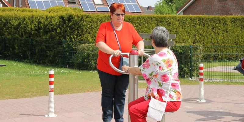Zwei Damen an den Geräten des Fitnessparcours