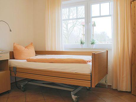 Behindertengerechtes Bett in einer Ferienwohnung