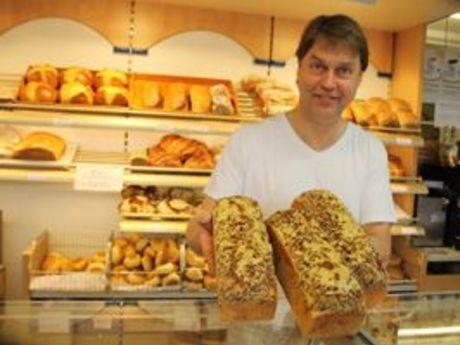 Bäcker Post zeigt seine fertigen Brote