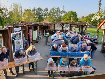 """Menschen bei der Aktion """"Längstes Armbad Ostfrieslands"""""""