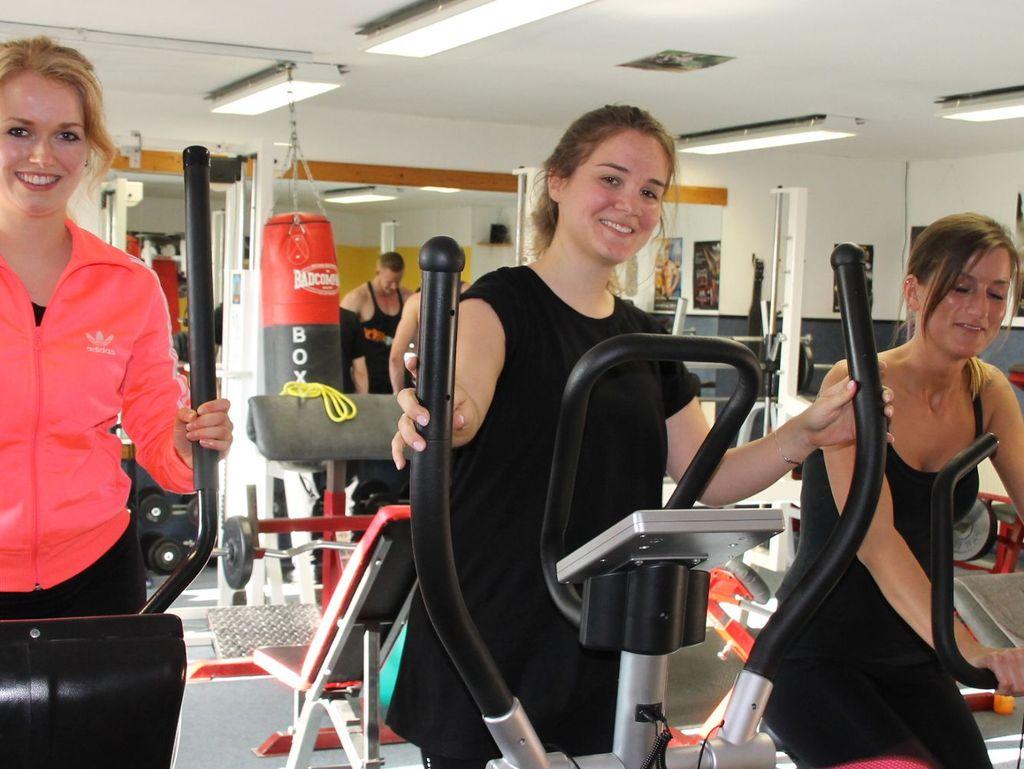 Frauen an den Cardiogeräten im Fitnessstudio