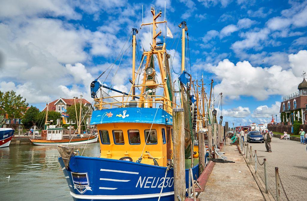 Detailaufnahme von einem Krabbenkutter im Hafen von Neuharlingersiel