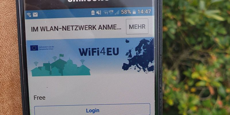 Blick auf ein Smartphone mit geöffnetem Fenster zum freien Wlan
