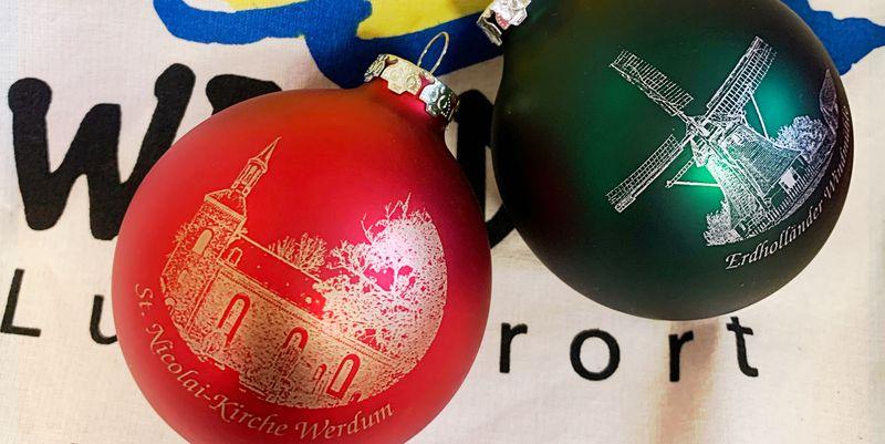Eine rote und eine grüne Weihnachtskugel