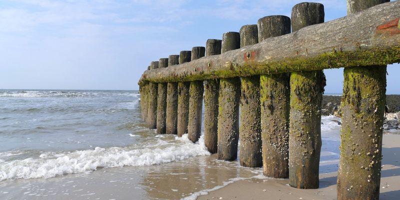 Wellenbrecher aus Holz am Strand auf Wangerooge