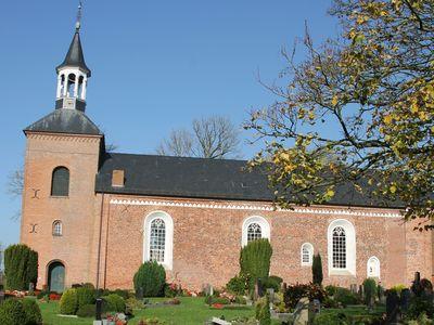Blick auf die Werdumer Kirche mit dem Friedhof im Vordergrund