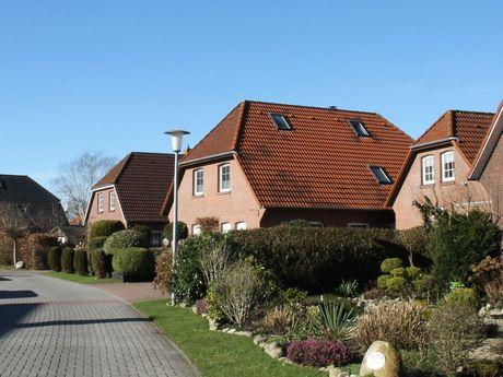 Blick in eine Siedlungsstraße mit mehreren Häusern